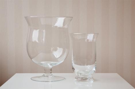 Zoek 2 vazen bij elkaar 1 kleine en 1 grote. Zet de kleine vaas in de grote vaas, hierdoor krijg je een ruimte tussen de vazen die je kunt opvullen.