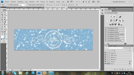 Zoek je logo en sleep heb naar het bestand header > vergrendel ook je logo met een slotje > de 4 sneeuw lagen die je eerder hebt gemaakt sleep je ook naar het bestand header.